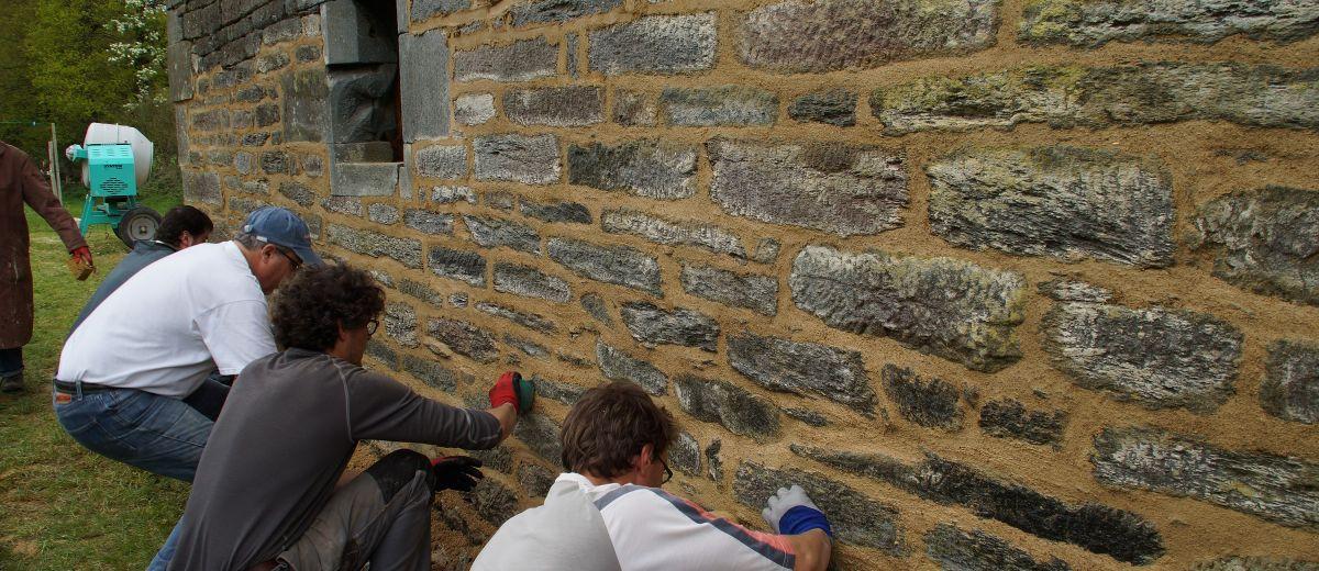 chantier participatif, joint à la chaux, finition à l'éponge, restauration du patrimoine, Bretagne