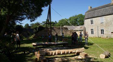 Charpente traditionnelle, levage à la chèvre, ateliers restauration du patrimoine