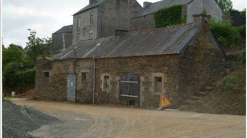 Lannéder, restauration d'une maison ancienne, murs enterrés, patrimoine Bretagne