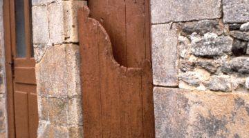 porte à husset, menuiserie ancienne, restaurer sa maison, patrimoine breton