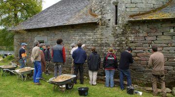 gestuelle truelle, joint à la chaux, restauration du patrimoine, Bretagne, chantier participatif