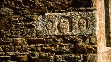pierre d'angle sculptée, restauration d'une maison patrimoine, Bretagne, sauvegarder, conserver, architecture traditionnelle