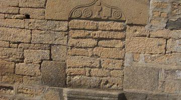 linteau, symboles religieux, linteau historié, patrimoine breton, restaurer une maison ancienne