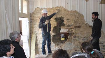 stage création d'une ouverture dans un mur de pierre, restauration d'une maison ancienne, patrimoine, Bretagne